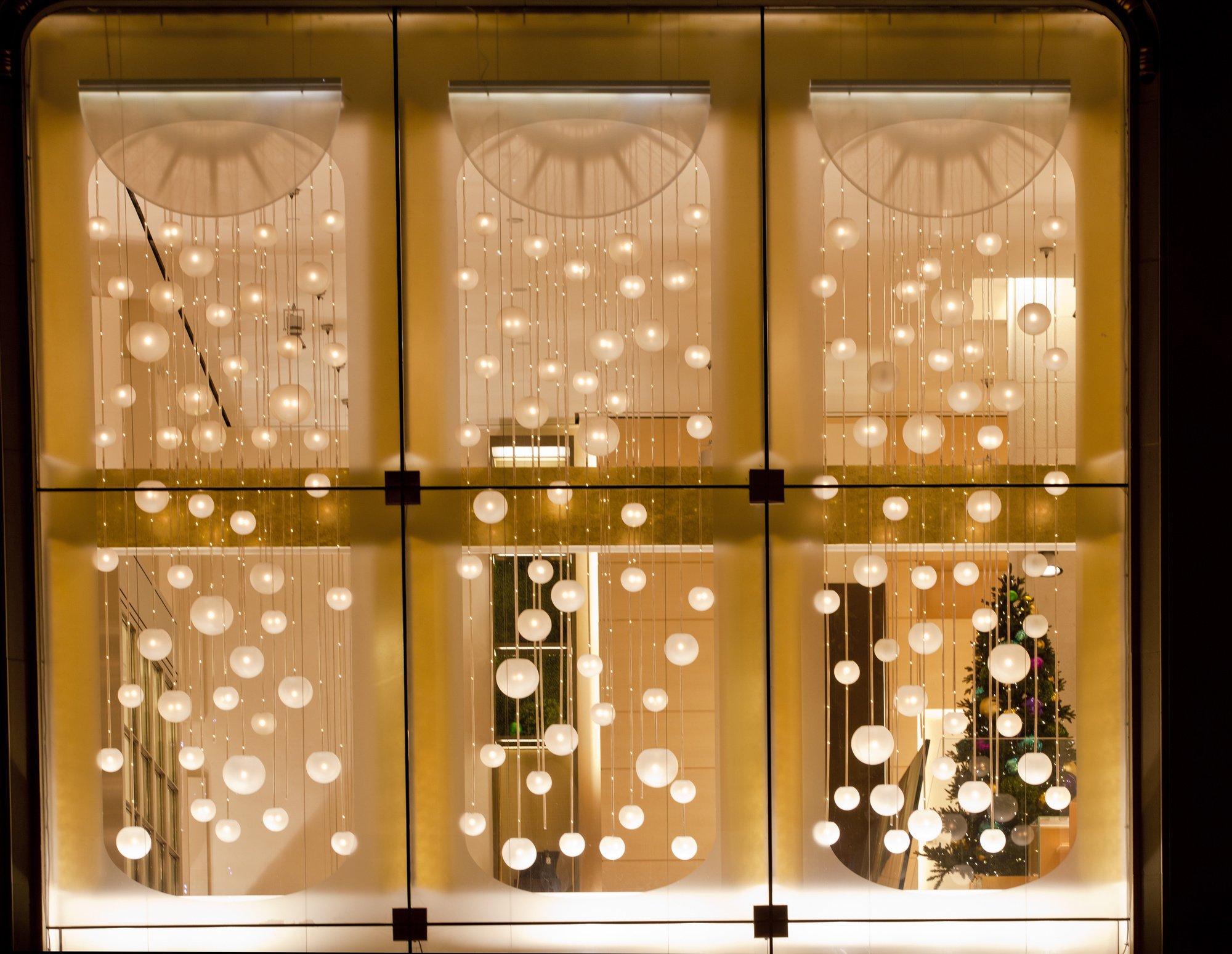 Top 29 Holiday Window Decor Ideas to Ring in Some Holiday Cheer